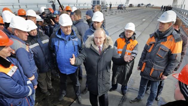 Putin bei der Besichtigung einer in Bau befindlichen Brücke vom russischen Festland auf die Schwarzmeerhalbinsel