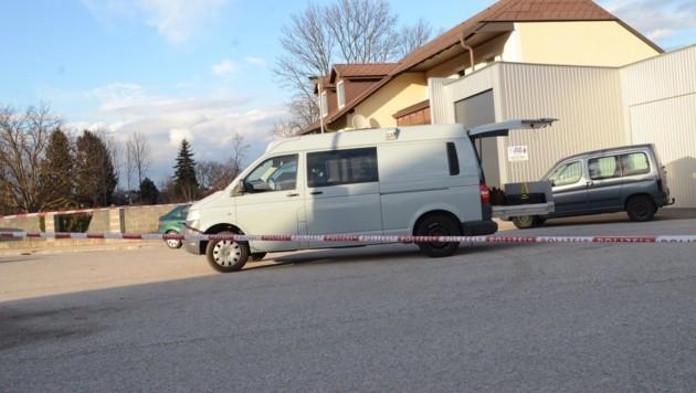 Die Spurensicherung untersucht den Tatort nach der Messerattacke unter Brüdern in Niederösterreich.