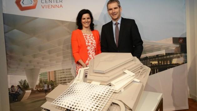 Direktorin Susanne Baumann-Söllner und Finanzminister Hartwig Löger mit einem Modell des Austria Centers 2022