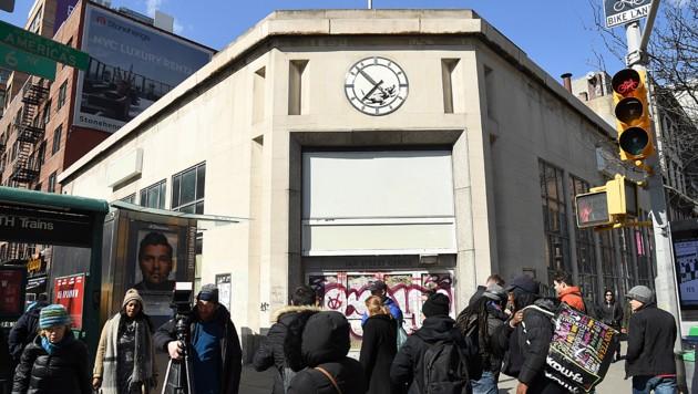 Der geheimnisumwitterte britische Künstler Banksy lässt in einer Uhr, die in Manhattan Teil der Fassade eines Gebäudes in der 14. Straße ist, eine Ratte rennen. (Bild: AFP )