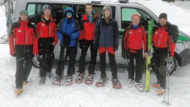 Die geretteten und unverletzten Ungarn (Mitte) mit den Bergrettern Uwe Penker, Gerhard Stranig sowie Walter und Bernhard Huber