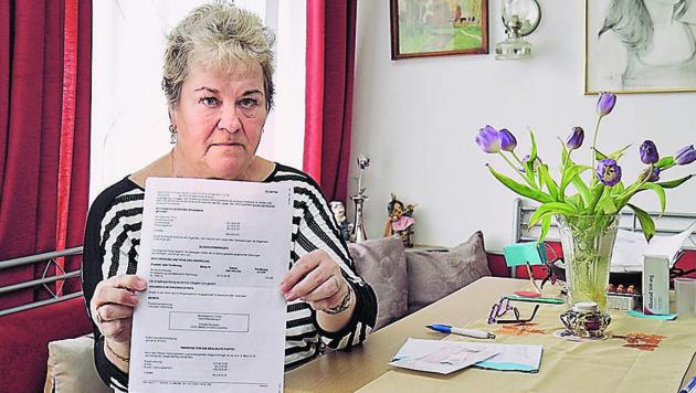Ingeborg Koll mit der Gerichtsladung, die eigentlich für eine Namenskollegin bestimmt gewesen wäre