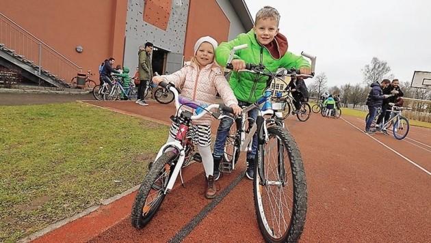 Hannah (5) und Domenik (8) aus Hintersee flitzen mit ihren neuen Bikes herum. (Bild: Markus Tschepp)