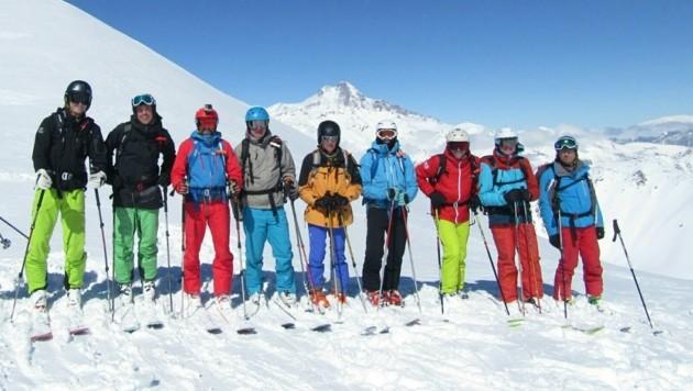 Die neun Oberösterreicher rund um den Linzer Gregor Hartl (3. v. r.) vor der Schreckensfahrt am Sessellift in Georgien.