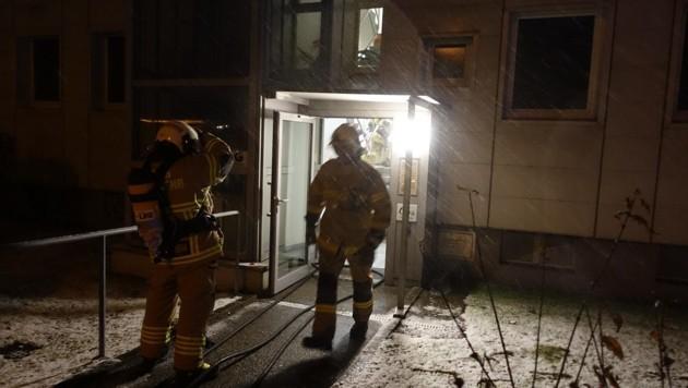 Einsatz in der Linzer Unionstraße: Ein Frau starb im Feuer! (Bild: Berufsfeuerwehr Linz)