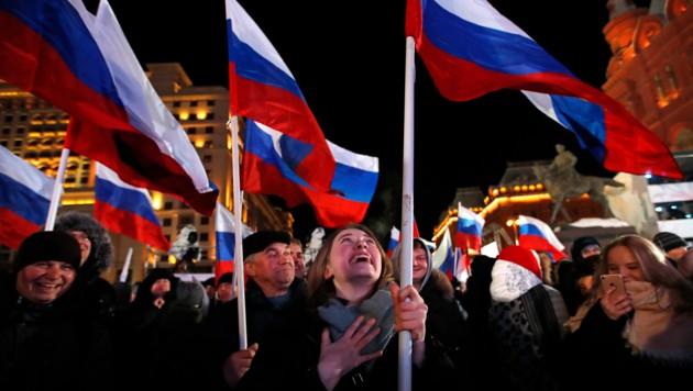 Jubelnde Menschen in Moskau