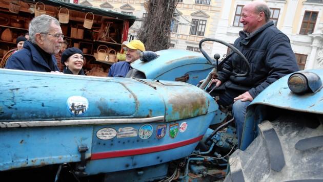 Ein mächtiger Traktor als Terrorschutz – Präsident Van der Bellen ist sichtlich begeistert.