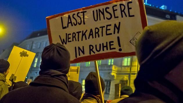 """Datenschützer der Initiative epicenter.works trafen sich am 26. Februar zu einer Demonstration gegen das geplante """"Sicherheitspaket"""" am Wiener Ballhausplatz."""