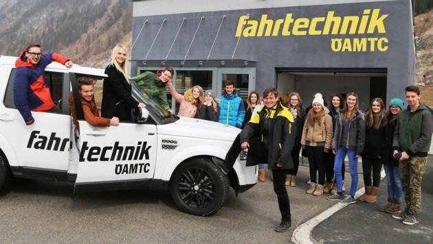 Von der Theorie zur Praxis. Die Schülerinnen und Schüler des BORG Radstadt mit ihrer ÖAMTC Fahrtechnik Trainerin Ellen Dehnert