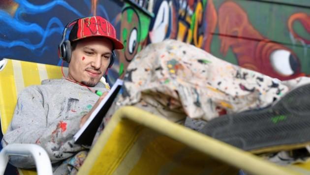 """Bevor es ans Sprayen geht, skizziert der Graffiti-Künstler die Motive in einem eigenen Block. Dabei ist Musik ein Muss. Stefan: """"Das ist meine Auszeit, da kann ich kreativ alles raus lassen. Das brauch' ich einfach."""""""