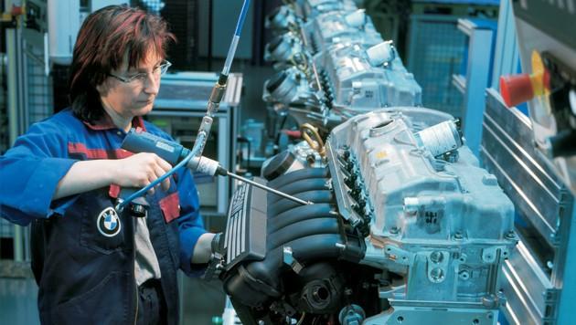 Eine Arbeiterin im BMW-Motorenwerk in Steyr