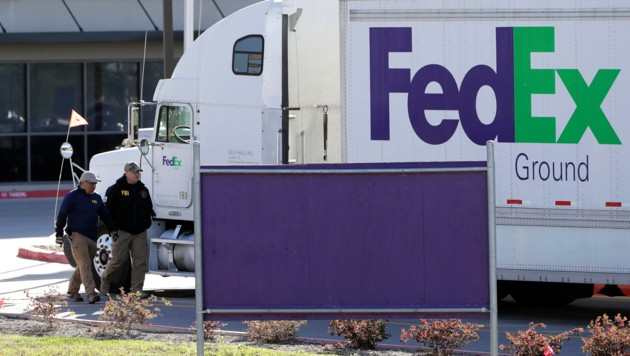FBI-Agenten vor dem Gebäude des Transportdienstes FedEx