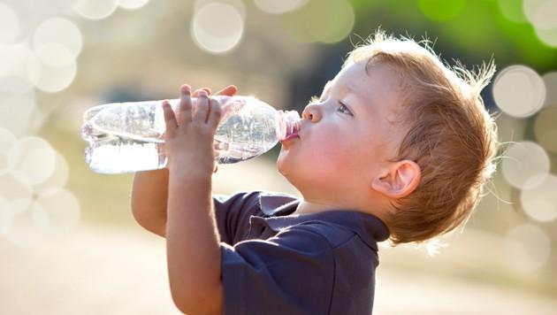 Kinder sollte man immer wieder an das Trinken erinnern, sie vergessen es sonst schnell. (Bild: stock.adobe.com)