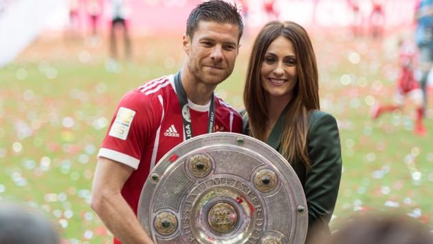 Xabi Alonso mit seiner Ehefrau (Bild: GEPA)