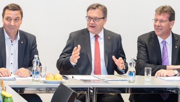 ÖVP-Landesgeschäftsführer Martin Malaun, Landeshauptmann Günther Platter und ÖVP-Klubobmann Jakob Wolf (v.l.) während der Landesversammlung der Tiroler ÖVP mit Abstimmung über den Koalitionspakt mit den Grünen (Bild: APA/EXPA/ JOHANN GRODER)
