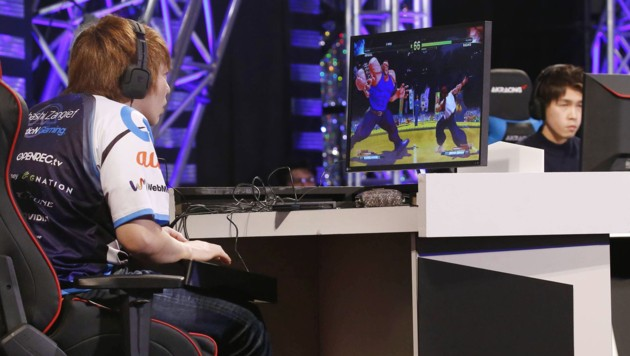 """eSportler zocken """"Street Fighter"""" im Rahmen eines Events in Tokio"""