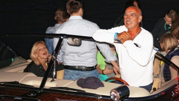 """Zu Land oder zu Wasser, für Flick – hier mit Regie-Glatze Otto Retzer – ist der """"Wörthersee das Sinnbild Kärntens""""."""