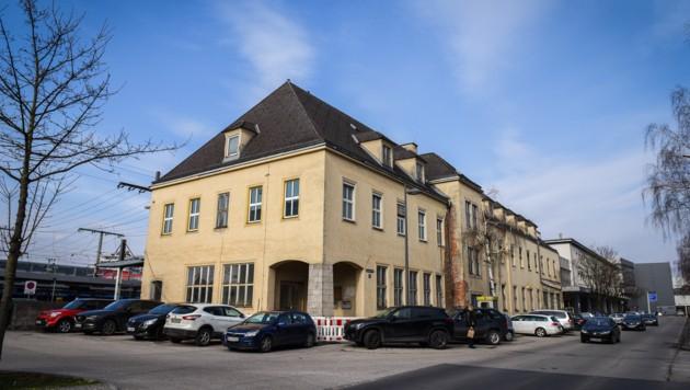 Das alte Postamt liegt direkt neben dem Welser Bahnhof und könnte Platz für die neue Busdrehscheibe machen.