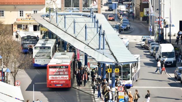 Die Busdrehscheibe dominiert derzeit den Kaiser-Josef-Platz, könnte aber zum Bahnhof verlegt werden.