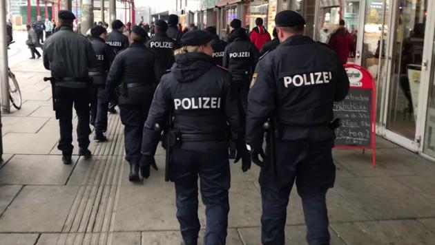 Wiener Polizisten bei einem Einsatz am Praterstern