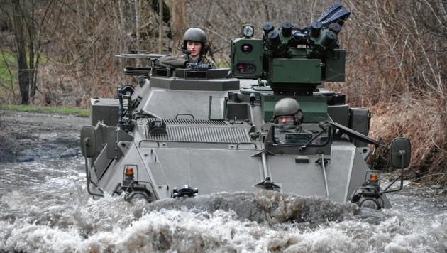 "Frau Wachtmeister Iris Koller, Kommandantin einer Jägergruppe beim Jägerbataillon 17, im Radpanzer ""Pandur""."