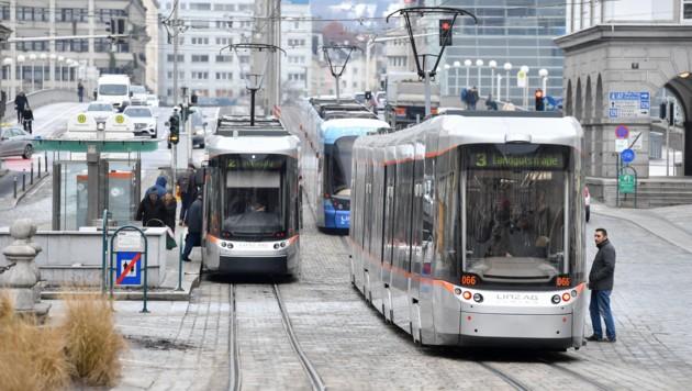 Bei einer Fahrscheinkontrolle auf dem Linzer Hauptplatz nahm der Kontrolleur-Eklat seinen Anfang.