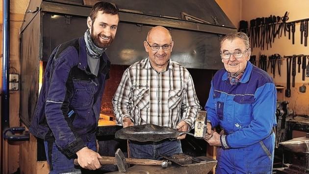 Drei Generationen Kärntner Schmiedehandwerk: Sohn Andreas, Vater Siegfried und Opa Siegfried arbeiten an der Kuppel.