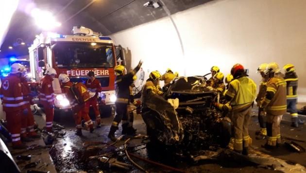 Feuerwehrleute konnten dem 55-jährigen Pkw-Lenker nicht mehr helfen, mussten den Wiener tot aus dem Wrack bergen.