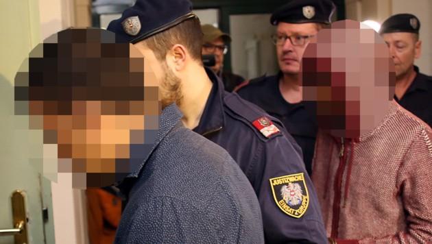 Die beiden Angeklagten vor dem Prozessauftakt in Tulln