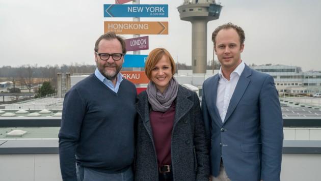 NEOS-Landessprecher Sepp Schellhorn beim Lokalaugenschein am Salzburger Flughafen mit Kolja Saß und Katja Adler (FDP) (Bild: NEOS)