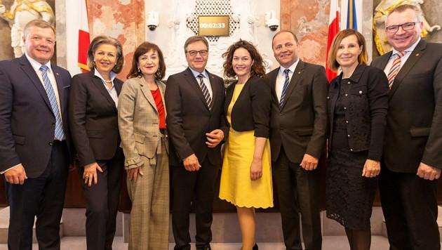 Tirols neue Regierung (von links): Landesrat Bernhard Tilg (ÖVP), Landesrätin Patrizia Zoller-Frischauf (ÖVP), Landesrätin Beate Palfrader (ÖVP), Landeshauptmann Günther Platter (ÖVP), Landeshauptmannstellvertreterin Ingrid Felipe (Grüne), Landeshauptmannstellvertreter Josef Geisler (ÖVP), Landesrätin Gabi Fischer (Grüne) und Landesrat Johannes Tratter (ÖVP)