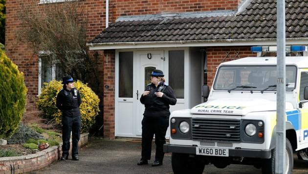 Polizisten vor dem Haus, in dem der frühere Doppelagent gewohnt hat