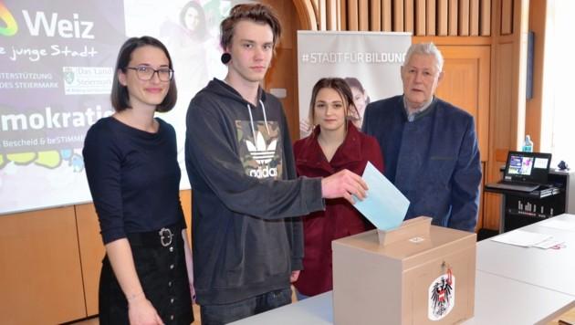 Eine Wahl wird simuliert: Die Andritz-Lehrlinge Kilian und Carmen mit den Vortragenden Julia Wolf und Engelbert Maier
