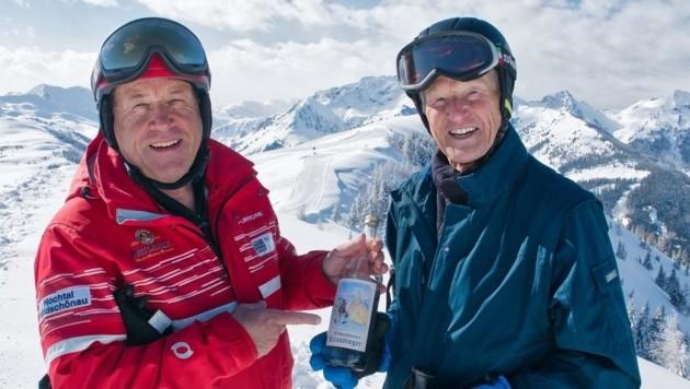 """Chef-Skilehrer Michael Fill stellte sich mit einer Flasche Wildschönauer """"Krautinger"""" bei Mühlegger. (Bild: Toni Silberberger)"""