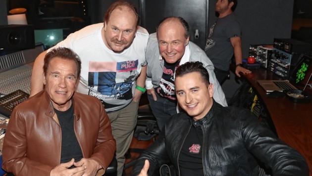 "Arnold Schwarzenegger mit ""Krone""-Mann Sepp Pail, Gabalier-Manager Klaus Bartelmuss und Andreas Gabalier (Bild: Sepp Pail)"