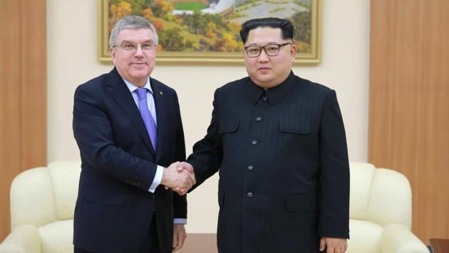 Ein Bild mit Seltenheitswert, IOC-Präsident Thomas Bach und Nordkoreas Machthaber Kim Jong-Un (Bild: AFP)