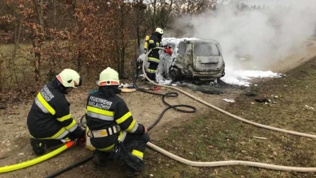 Das Auto brannte völlig aus (Bild: FF Miklauzhof)