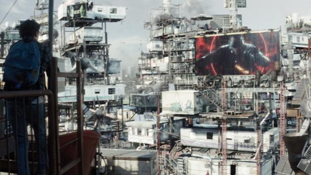 In diesen Slums fristet auch Wade Watts sein Dasein. (Bild: Warner Bros. Entertainment Inc.)