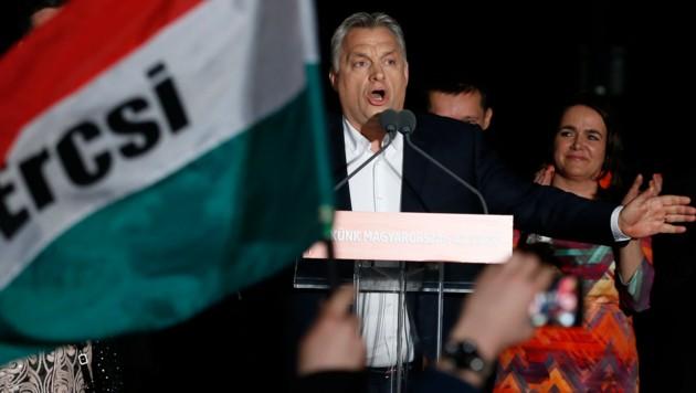 Ungarns Premier Viktor Orban spricht zu seinen Anhängern in Budapest. (Bild: AP)