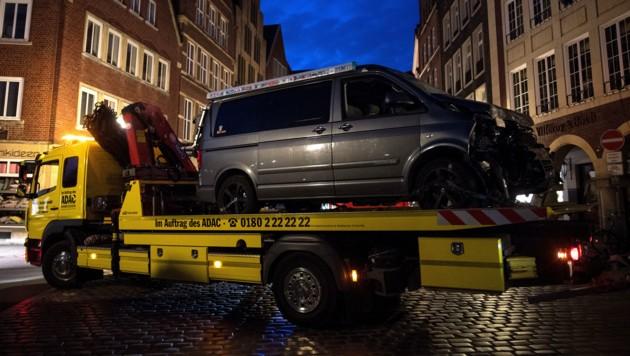 """Der Tatwagen wird vor dem Gasthaus """"Großer Kiepenkerl"""" abgeschleppt. (Bild: AFP)"""