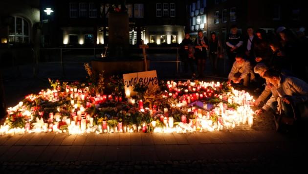 """Blumen, Kerzen und ein Schild mit der Aufschrift """"Warum?"""" wurden von gedenkenden Menschen am Tatort zurückgelassen. (Bild: AFP)"""