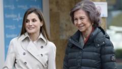 Königin Letizia und ihre Schwiegermutter Sofia zeigen sich nach dem Streit am Ostersonntag wieder versöhnt. (Bild: www.PPS.at)