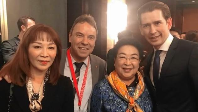 Der österreichische Unternehmer Siegmund Kahlbacher und Bundeskanzler Sebastian Kurz bei einem Empfang in China