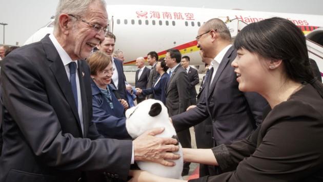 Van der Bellen bei der Ankunft am Flughafen Chengdu