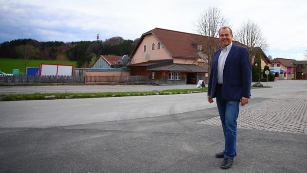 Bürgermeister Wolfgang Wagner vor dem Areal Freizeitcenter. (Bild: Felix Roittner)