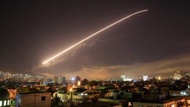 Der Himmel über Damaskus, im Hintergrund Rauchwolken nach den Luftschlägen