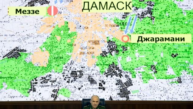 Der russische General Sergei Rudskoi bei einem Briefing vor einer Karte mit den Luftschlägen gegen Ziele in Damaskus