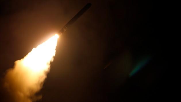 Eine Tomahawk-Rakete, abgeschossen von der USS Monterey, auf dem Weg zu ihrem Ziel in Syrien