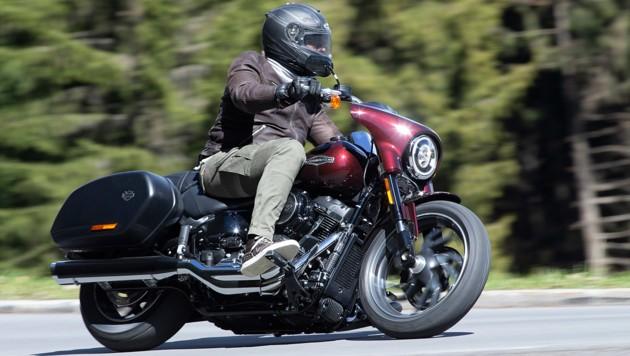 Es muss nicht immer Kutte sein: Auch Spidi-Lederjacke, John-Doe-Cargohose und Dainese-Sneakers passen (nicht nur) zur Harley. (Bild: Harley-Davidson)