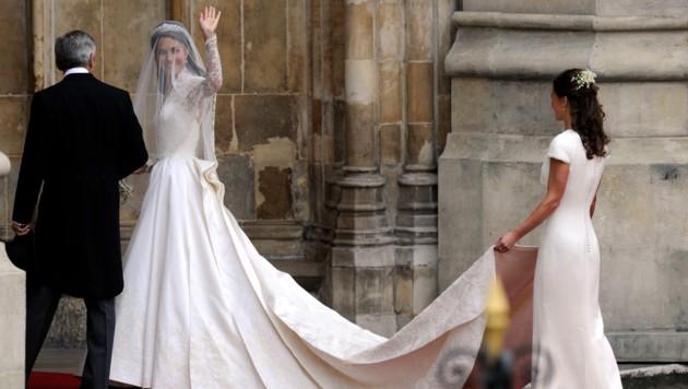 Braut Kate Middleton mit ihrem Vater Michael Middleton und ihrer Schwester Philippa Middleton auf dem Weg in die Westminster Abbey, wo sie Prinz William heiratet (Bild: AFP)